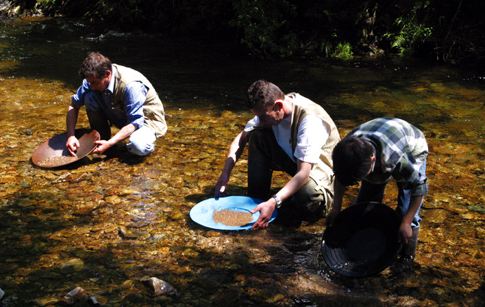 Batear oro en el río en Navelgas, una experiencia única para el verano 2020 en Asturias