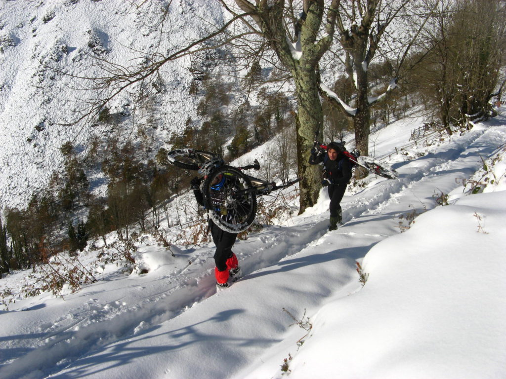 Mountain bike sobre nieve en los bosques de Asturias
