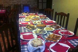 Hoteles rurales de Casonas Asturianas: mesa con comida en el hotel La Figar.