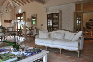 Hoteles rurales de Casonas Asturianas: la elegante decoración del salón del Hotel Arpa de Hierba.