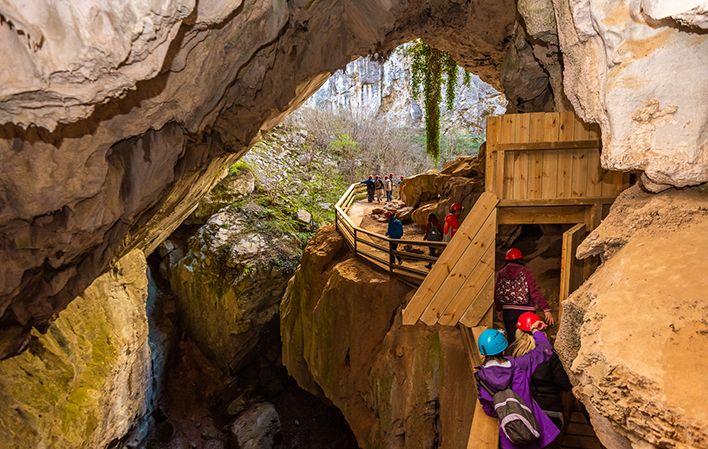 Entrada a la cueva Huerta en Asturias subterránea