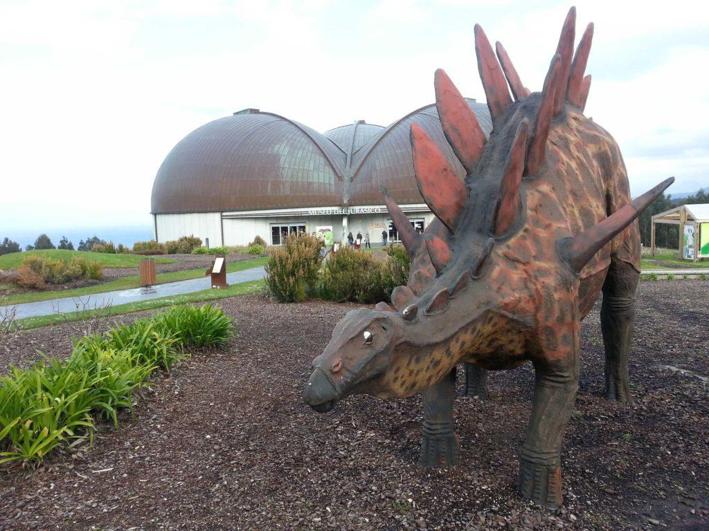 Reproducción de un dinosuario en el Museo del Jurásico de Asturias, un gran plan para la Semana Santa 2020 en Asturias